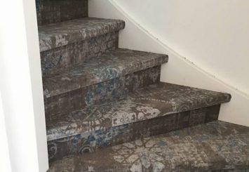 Trap laten stofferen met modern vintage tapijt