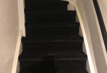 Trap laten stofferen met tapijt zwart