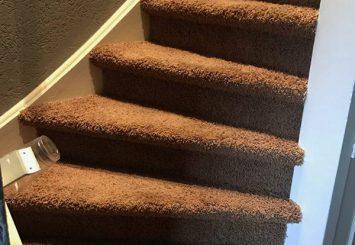 Trap laten stofferen met tapijt vloerbedekking bruin