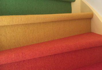 Trap stofferen met gekleurd tapijt vloerbedekking